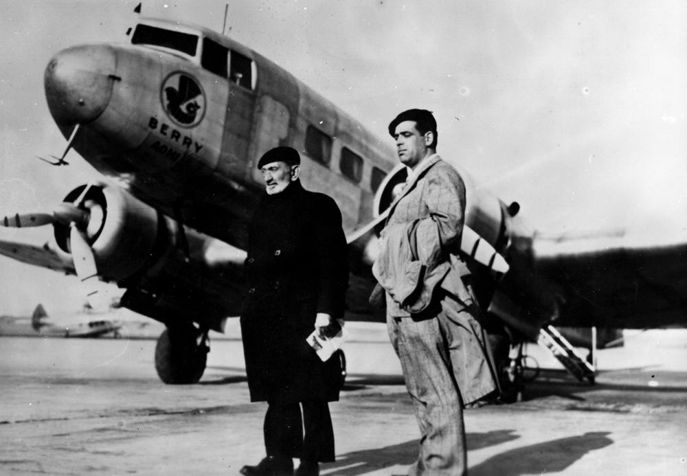 Lezo Urreiztieta (eskuinean) Luis Arana Goiri lagunarekin batera Parisko aerodromo batean, 1938an. (arg: Sancho el Sabio Fundazioa)