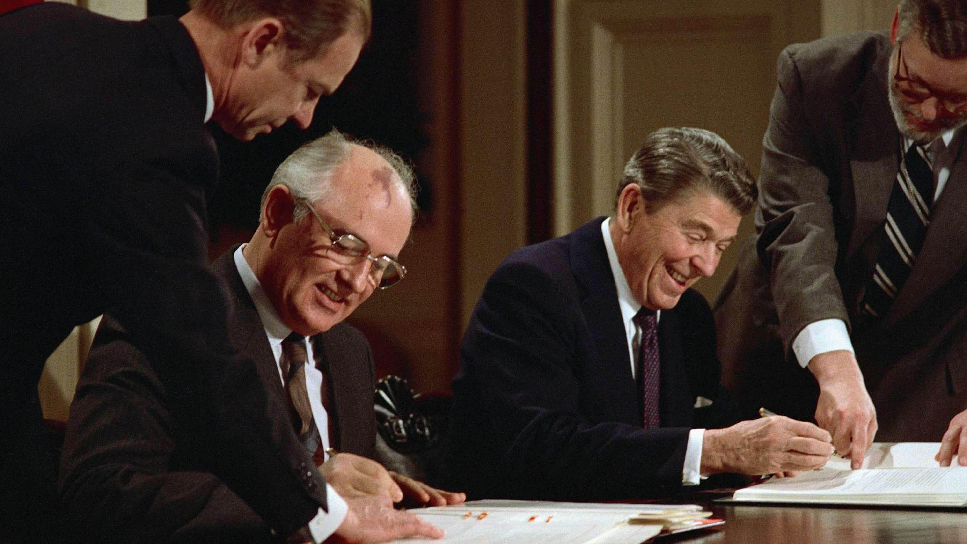 Argazkian, Mikhail Gorbatxov –ezkerrean– eta Ronald Reagan 1987ko abenduaren 8an sinatzen INF akordioa, bi potentziek urte luzez negoziatu ostean. Tratuak debekatu zituen errusiarrek eta iparramerikarrek orduan zeuzkaten misil guztien artean 500dik 5.500