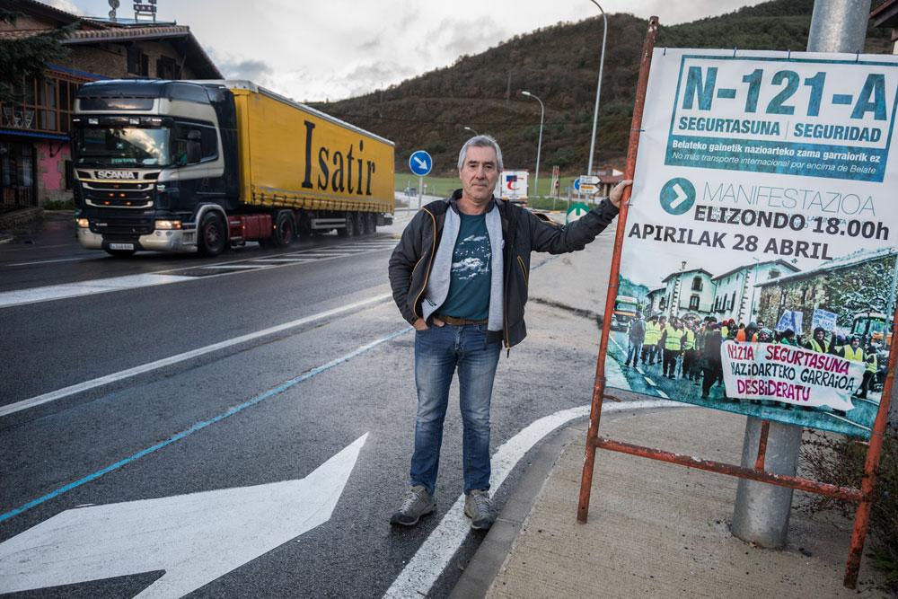 Mikel Uriarte bere herrian, Olaben, errepideko protestaldietan erabili izan duten karteletako batekin. (Arg.: Joseba Zabalza)