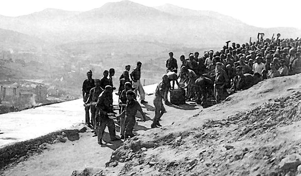 Jaizkibelgo errepidea egin zuten langile esklaboak arrantxoaren orduan. Garai hartako irudi bakanetako bat da honakoa.