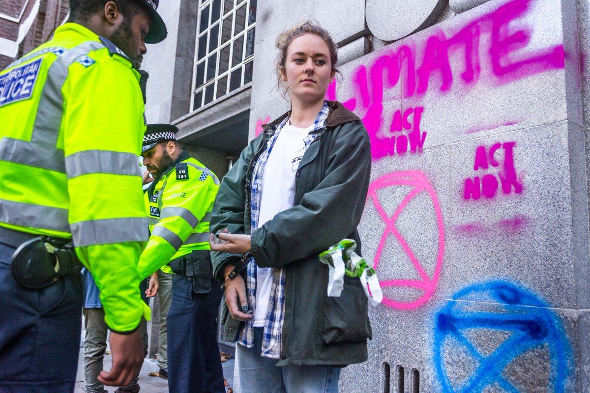 EKINTZA ZUZENA. XR-ko ekintzailea Londresko Ingurumen ministerioaren ekoitzan pintaketagatik atxilotuta. (Argazkia: @ExtinctionR