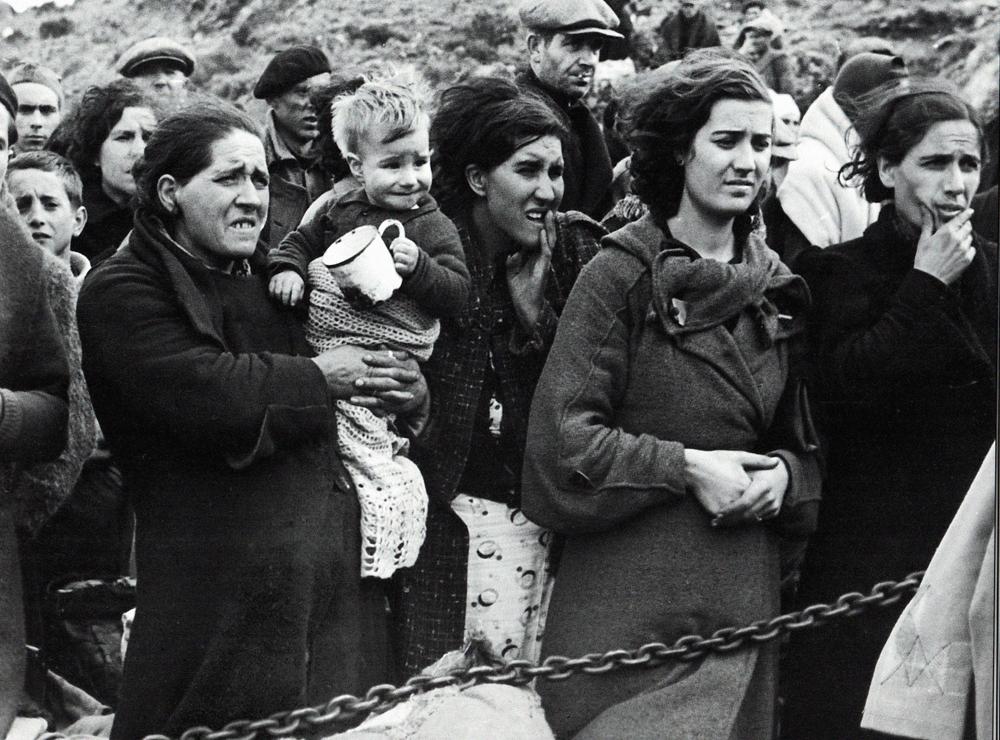 1939ko otsailaren 4a. Emakumeak eta euren haurrak Kataluniako Pirinioetako muga igarotzeko zain. (arg: Manuel Moros)
