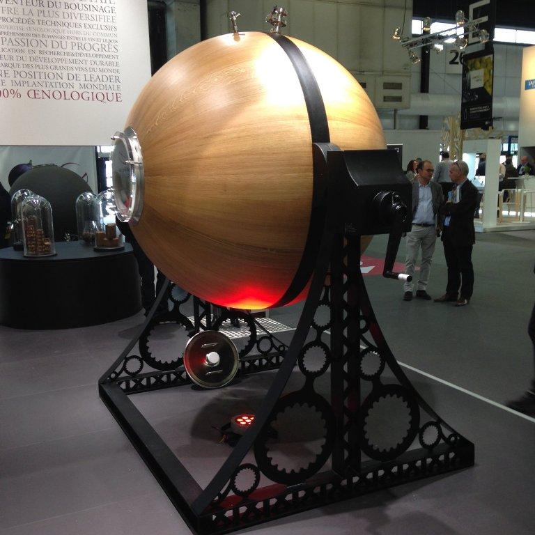 """Seguin Moreau upel enpresak sortu du esfera formako upela. """"Galileoak"""" izena eman dio, Galileo mundua borobildu zuenagatik eta """"oak"""" ingelesez haritza delako. 1.500 litro hartzen ditu. Argazkia: @seguinmoreauusa"""