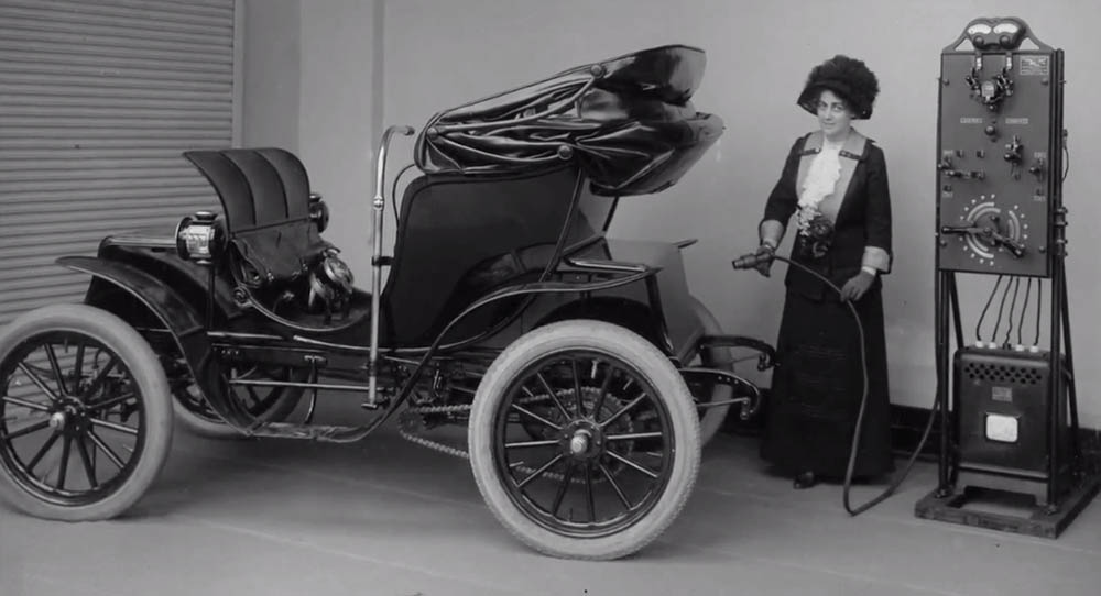 """Petrolio konpainien interesak izan dira auto elektrikoen etsairik gogorrenak. Baina arerio sotilagoak ere izan dituzte, hasieran """"emakumeentzako"""" auto gisa merkaturatu baitziren."""