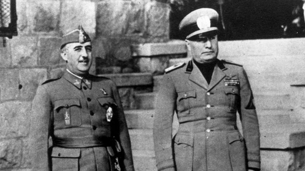 Francisco Franco eta Benito Mussolini Bordigheran (Italia), 1941ean. Mussoliniren gorpua batetik bestera ibili zen urtetan; Francorena mugitzeko, ordea, oztopoa eta traba besterik ez dago.