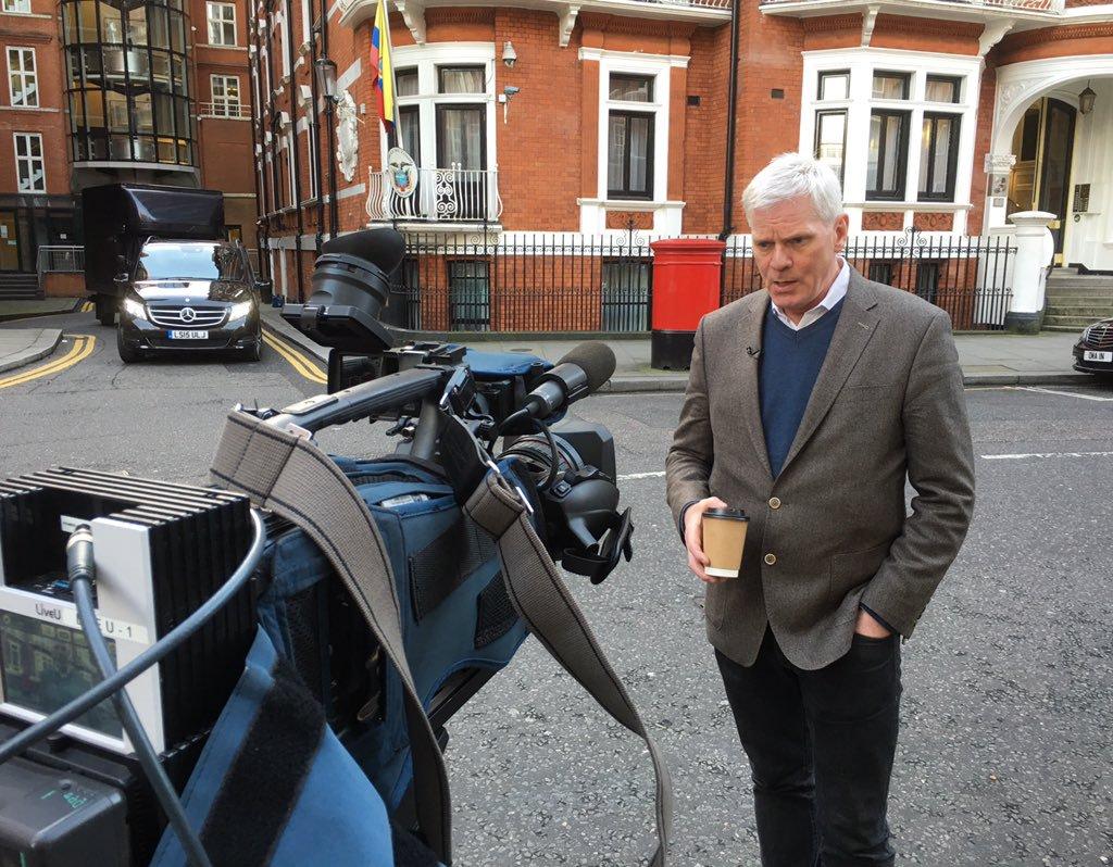 Assangeren ordeko Kristinn Hrafnsson Londresen, Ekuadorren ebnaxada aurrean, Julian Assange bertan aterpetuta zeukatenean.