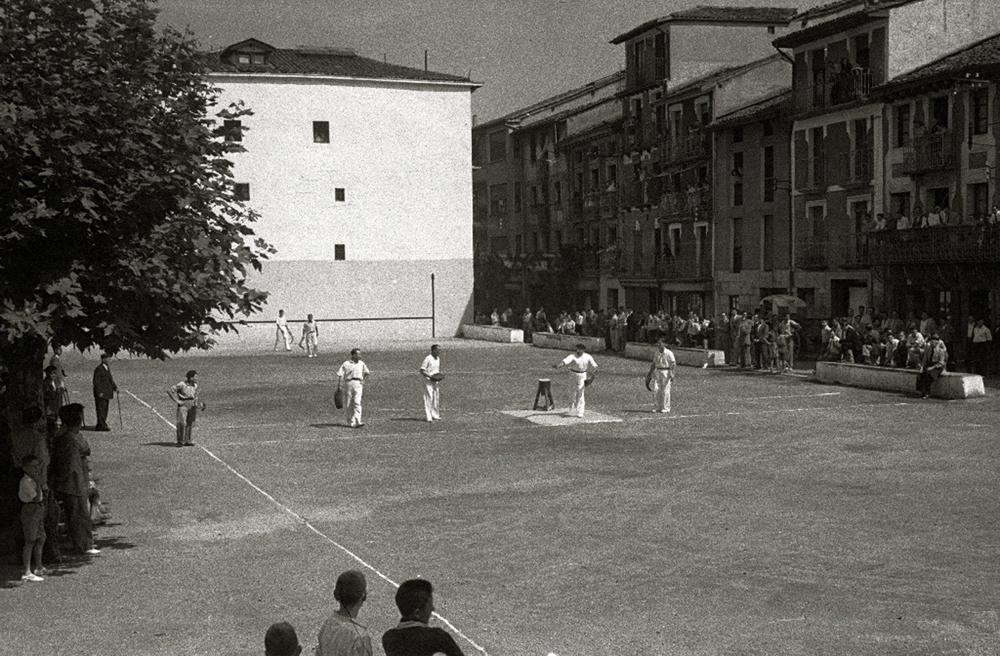 Villabona eta Hazparneren arteko errebote partida 1948an,  oraintxe berritu duten Errebote plazan. (Arg: Vicent Martin / Foto Car)