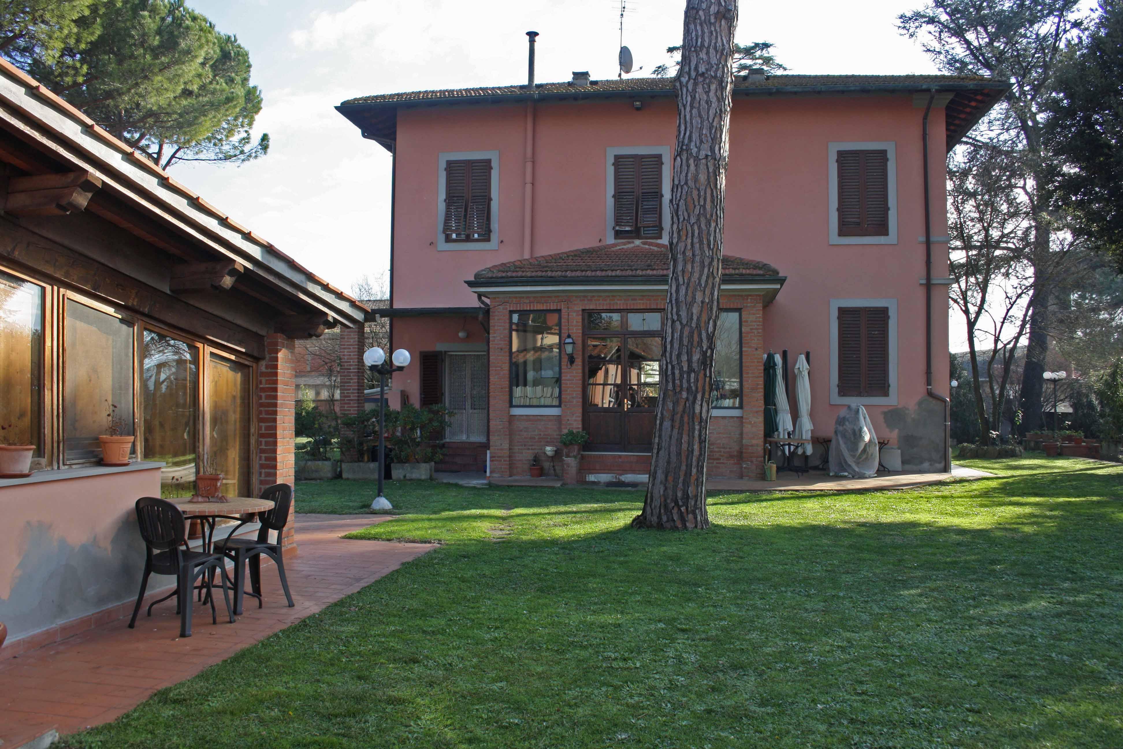 Klase ertaineko etxebizitza atsegina Florentzia inguruan, ongizatearen hainbat osagai berekin dauzkana: zabala, inguru ederrean, lorategi eta guzti.