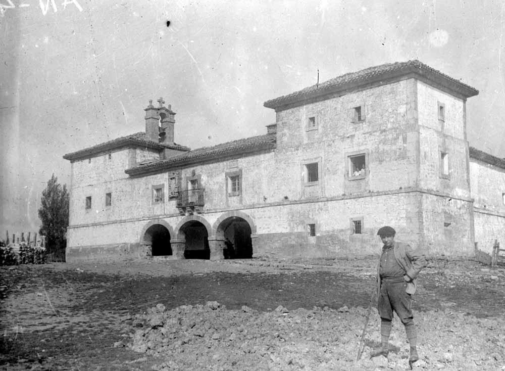 Urbasako jauregia ostatu izan zen Etxeberri enpresariak 1915ean erosi eta gero.