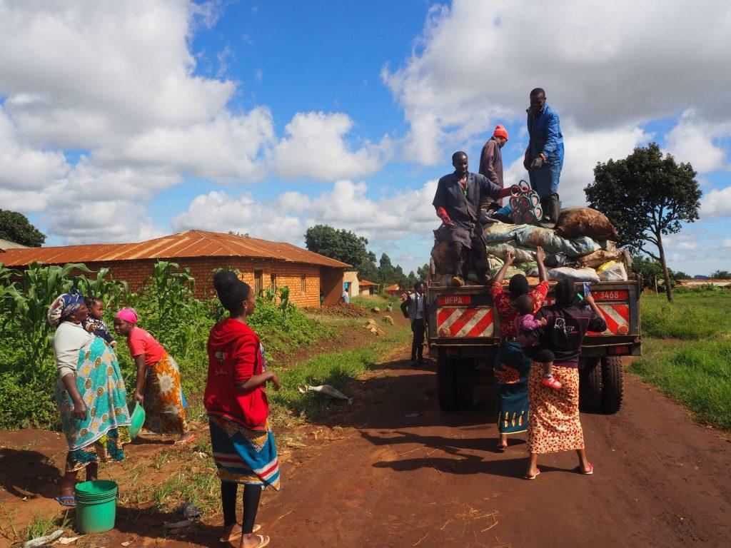 Zabor bilketa Njomben. Tanzanian ere sentitu da plastikoen krisi globala, Txinak horiei atea itxi dienetik.