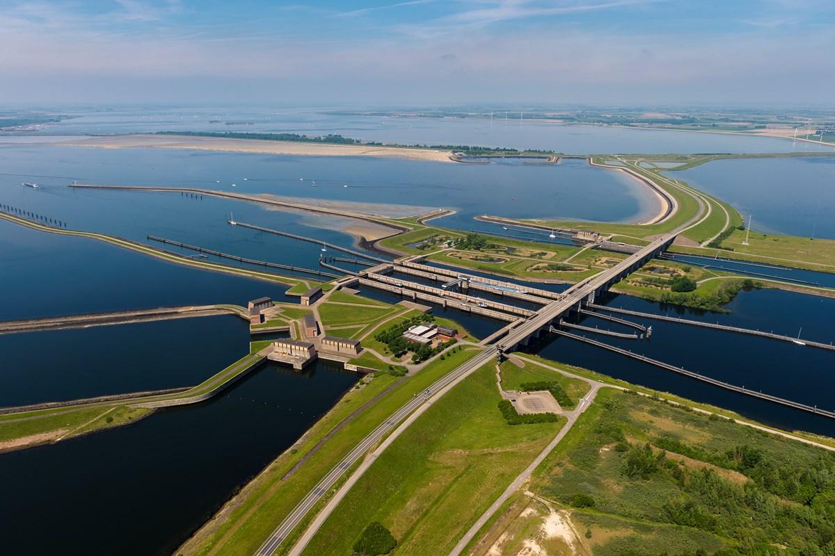 'Delta' programarekin itsasoari aurre egiteko azpiegitura harrigarriak eraiki ditu Holandak. Irudian, Philips zanpiura eta konporta.