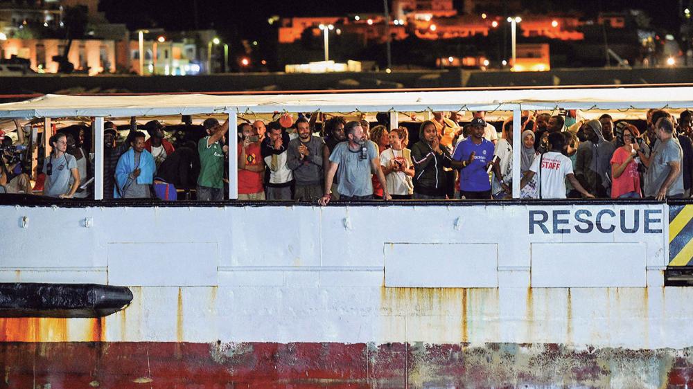 Abuztuaren 20an lehorreratu zen Open Arms Gobernuz Kanpoko Erakundearen erreskate ontzia Lampedusan. 19 egun eman zituzten itsasoan, estatuek ez zietelako lehorreratzeko baimenik ematen. Itsas salbamendua kriminalizatu du Italiako Gobernuak eta araudi ber