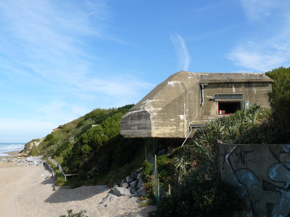 Bidarteko hondartzako bunker hau egokitu eta etxebizitza moduan erabilgarri jarri dute. (arg: Marie-Hélène Cingal)