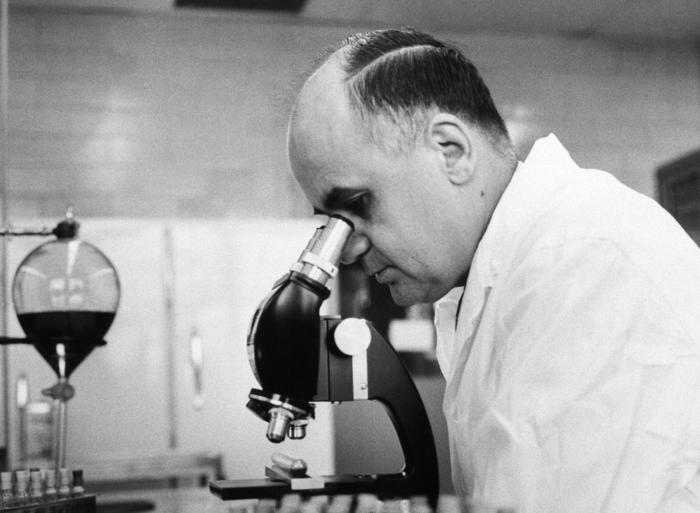 Maurice Hilleman (1919-2005) mikrobiologoak 40 txerto inguru garatu zituen,  industria farmazeutikoaren baliabideak erabiliz. (arg: Walter Reed Medical)