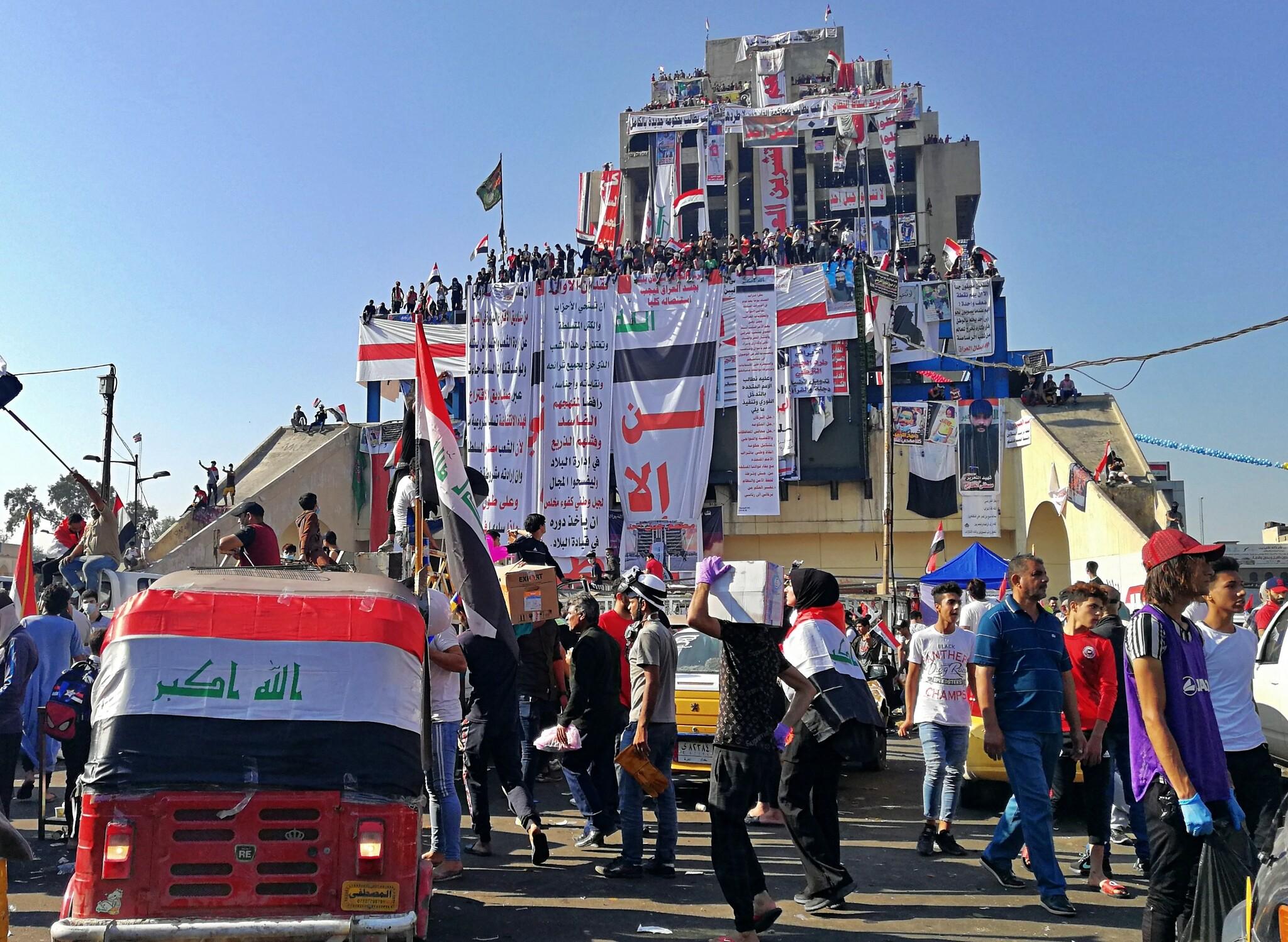 Tahrir plazan bildu zen hasieran protesta baketsua, Bagdaden.  Arras irudi diferentea ikusi dugu ondoren.