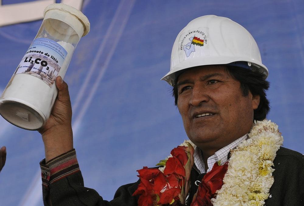 Garatze itxaropena irudikatzeko, litio karbonatoz betetako ontzi bat erakutsi zuen Evo Moralesek 2009an, mineral hori ekoizteko Boliviak eraiki zuen lehenbiziko lantokian.