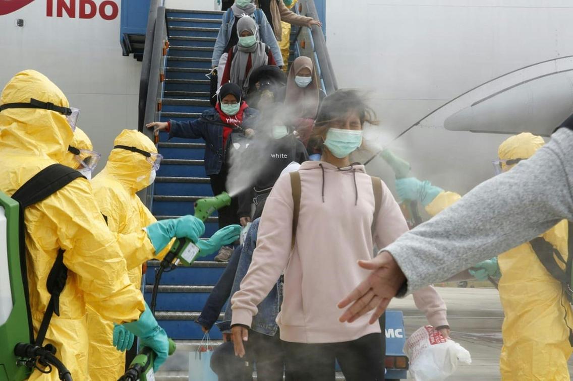 Indonesian ere 2019-nCoV koronabirusari hesia jarri nahian: Txinatik iritsitako bidaiariak desinfektatzen.