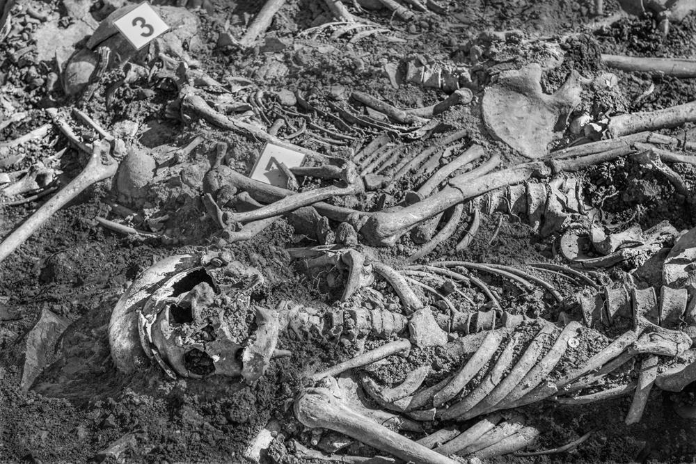 Ollakarizketan denera 20 lagunen gorpuak aurkitu dituzte azken desobiratzean. Mauro Saravia argazkilariak momentu hori jaso du iruditan ARGIArentzat.