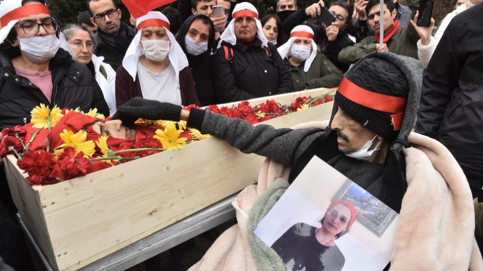Ibrahim Gökçek bere kide izandako Helin Böleken hiletan.