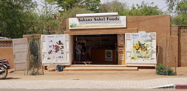 Sahara Sahel Foods konpainiaren mozkinak salgai Zinder hiriko karrikan. Saheleko sabanako landaredia berreskuratzea uztartu nahi dute antzinako elikagaiak berriz kontsumitzearekin. (Argazkia: Patrick Worms)
