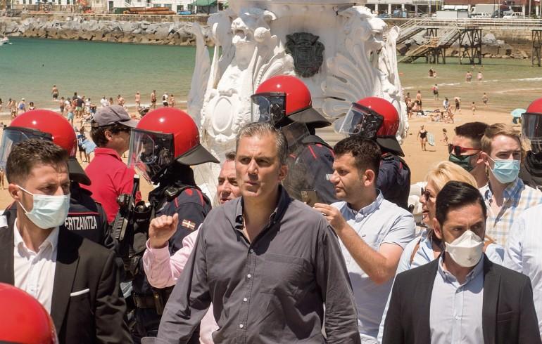 Argia: Fadi Hassan – Detrás de Javier Ortega Smith con camisa y móvil en mano – en un acto de Vox el 21 de junio de 2020 en Donostia. (Juan Carlos Ruiz / Foco)