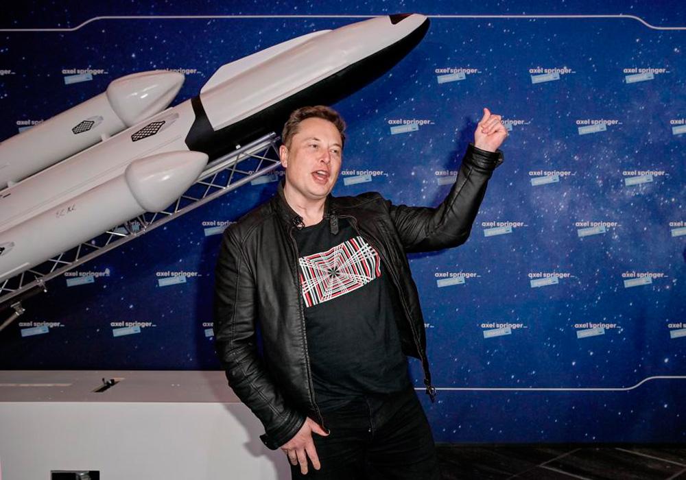 """'Space-X' proiektuarentzat 12.000 sateliteko """"konstelazioa"""" osatzen dabil munduko aberatsena, eta beste 30.000 sateliterentzako baimena eskaturik du."""