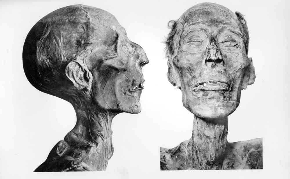 Ramses II.aren momiak Parisera bidaiatu zuen 1976an eta estatuburuei dagozkien ohoreekin egin zioten harrera. (arg.: Kairoko museoko katalogoa / Errege momiak)