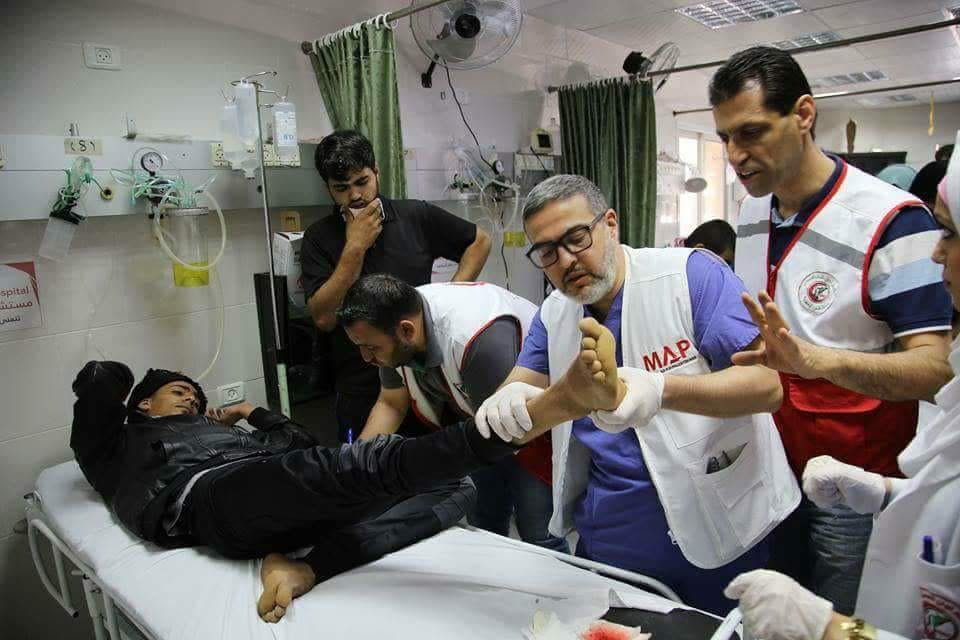 Ghassan Abu Sittah Gazako Al Awdah ospitalean 2018ko martxoan. Orduan zauritu gehienek zangoak zekartzaten balaz zulatuak, gazteok hil gabe bizitarako ezindurik uzteko helburuz. (Argazkia: Medical Aid for Palestina)