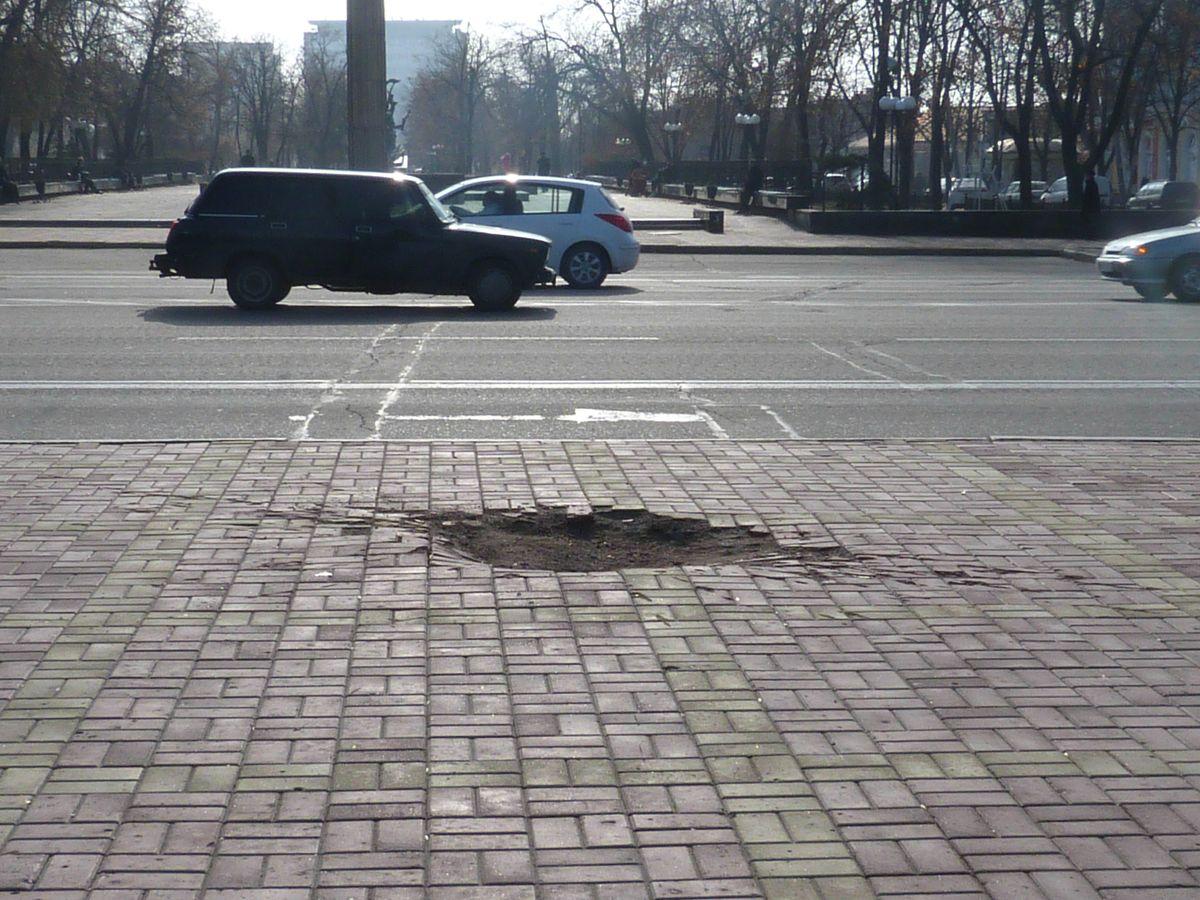 Luhanskeko plaza nagusian misil batek utzitako zuloa