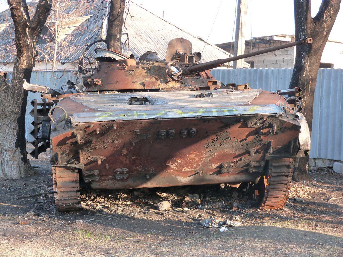 Ukrainar ejertzitoaren tanke bat erreta Luhanskeko kaleetan