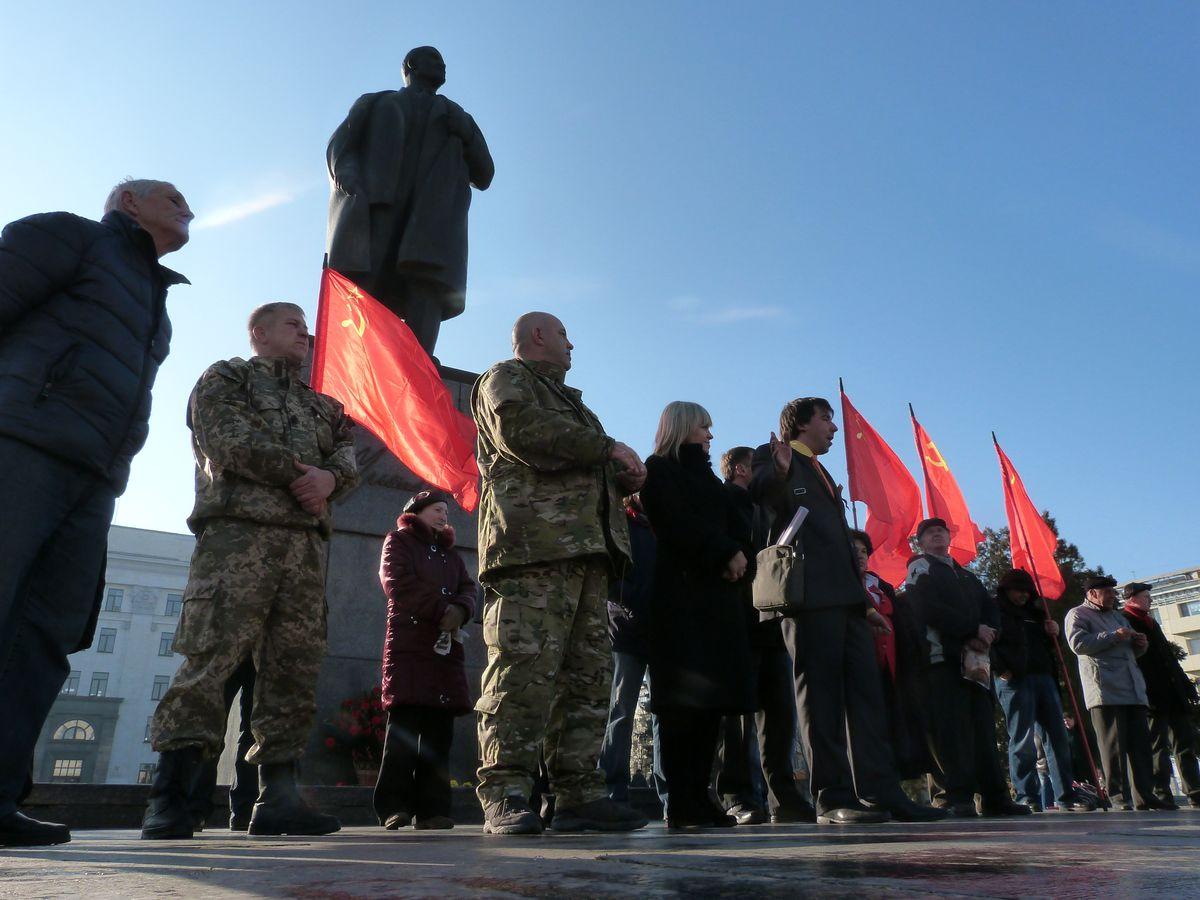 Luhanskeko diputatu eta milizianoak sobietar iraultzaren 97. urteurren ekitaldian