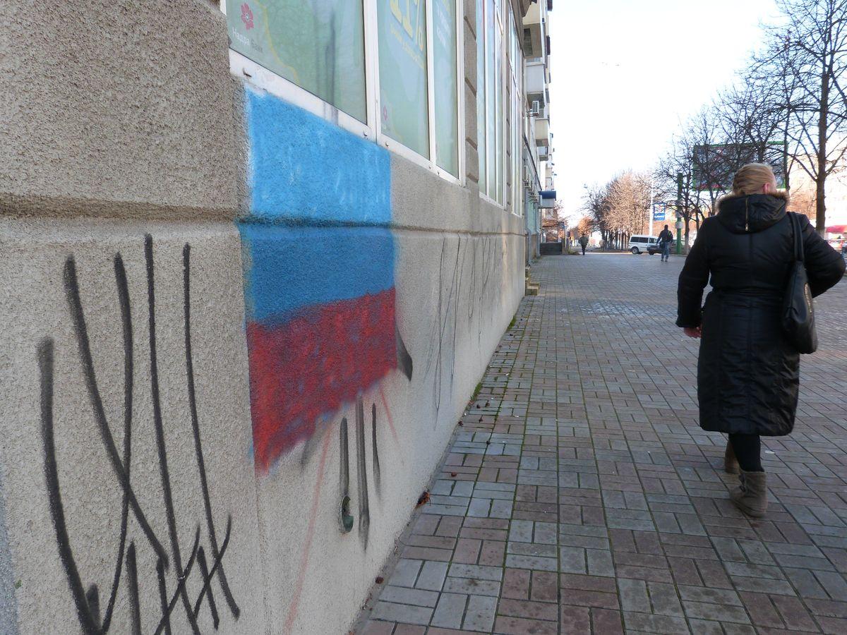 Luhanskeko Herri Errepublikako banderaren margoketa erdialdeko kale batean