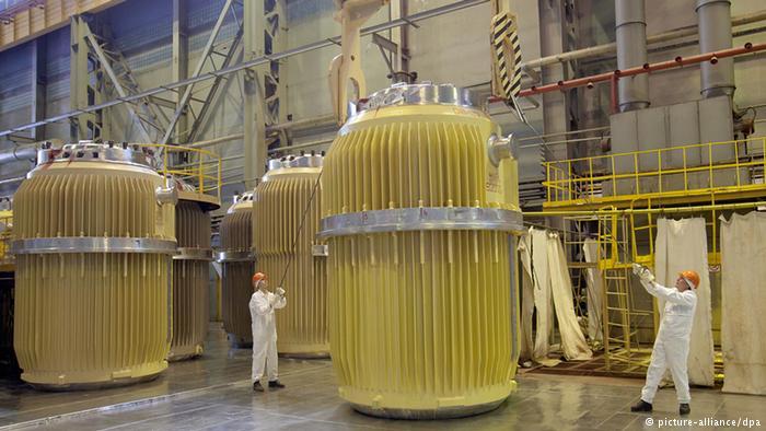 Langileak Errusiako Maiak faktorian erregai nuklearrak manipulatzen. (Argazkia: Deutsche Welle)